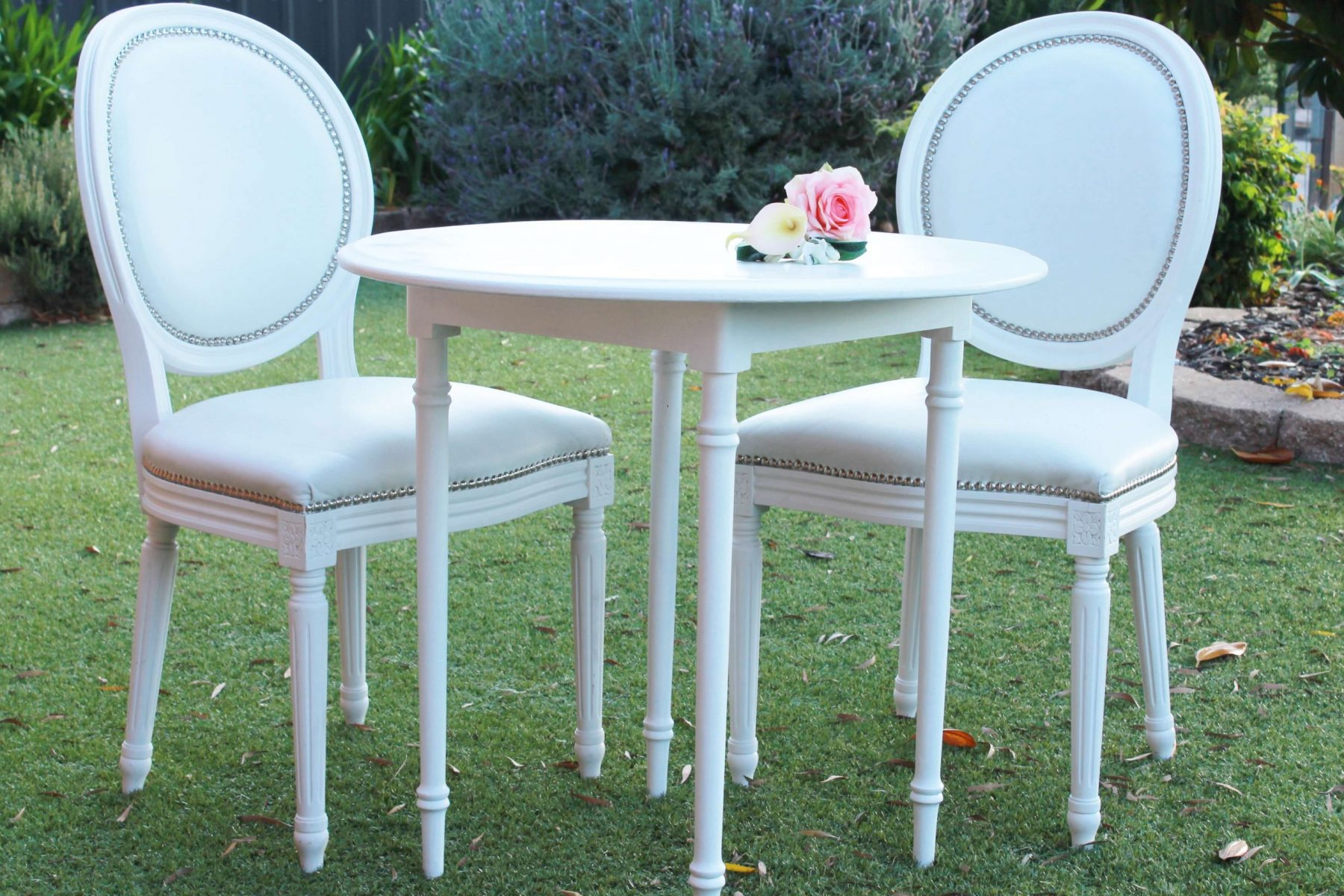round sign table d& Chairs (1)